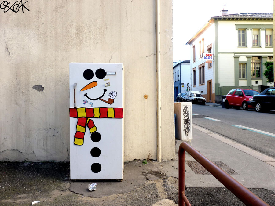 The snowman in the city by Oakoak